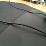 Pohľad na vrchnú stranu podložky, kde môže prísť do kontaktu gumenej základne a káblu.