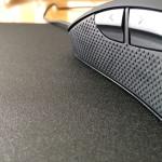 Myš SteelSeries Rival na drsnej strane podložky.