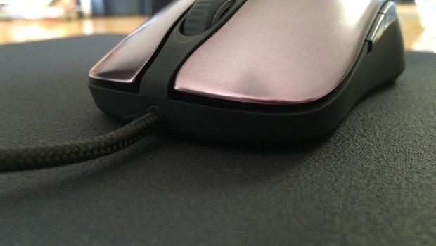 Pohľad na myš z predu, detail tlačidiel , kontaktu s podložkou a uchytenia káblu.