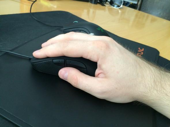 Myš sadne do dlane celkom dobre, do menšej ruky však bude príliš dlhá.