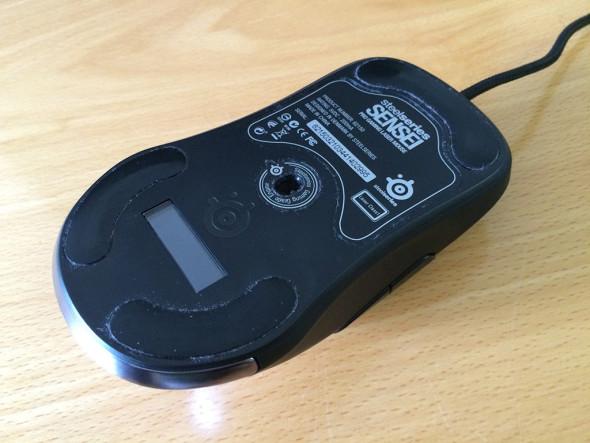 Detail spodnej strany myši, na skatez sa zvykne zachytávať drobná nečistota